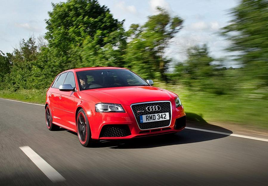 Audi RS3. Jest to długo wyczekiwany model. Ciekawość fanów motoryzacji była co jakiś czas podsycana pojawiającymi się zdjęciami szpiegowskimi testowanego przez inżynierów Audi koncepcyjnego modelu RS3. Długie oczekiwanie opłaciło się. Samochód wygląda świetnie i tak samo się prowadzi. Jego motor to dobrze znany z modelu TT-RS silnik o pojemności 2.5 litra w technologii TFSi. Z pięciu rzędowo umieszczonych cylindrów konstruktorzy wykrzesali 340 KM i 450 Nm. Moc i moment obrotowy przekazywane są na wszystkie koła za pośrednictwem 7 stopniowej skrzyni biegów i napędu Quattro.